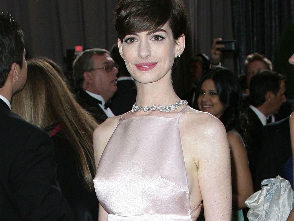 Anne Hathaway im rosa Nippelkleid