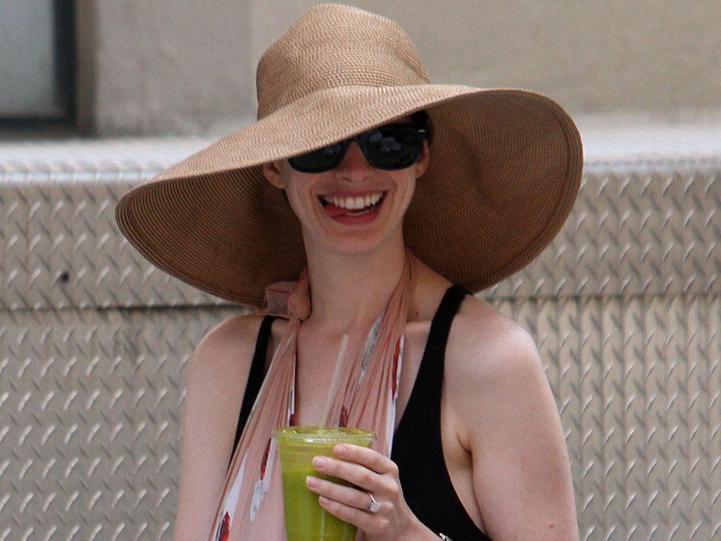 Anne Hathaway mit Verband und Hut