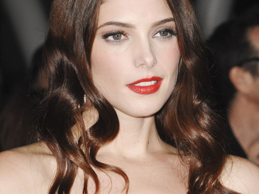 Ashley Greene mit rotem Lippenstift