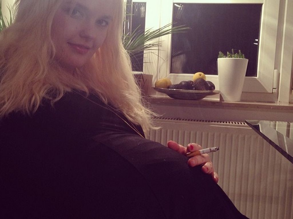 Bonnie Strange hat einen Baby-Bauch und eine Kippe in der Hand