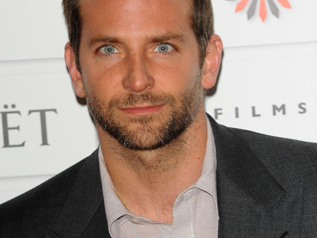 Bradley Cooper guckt direkt in die Kamera