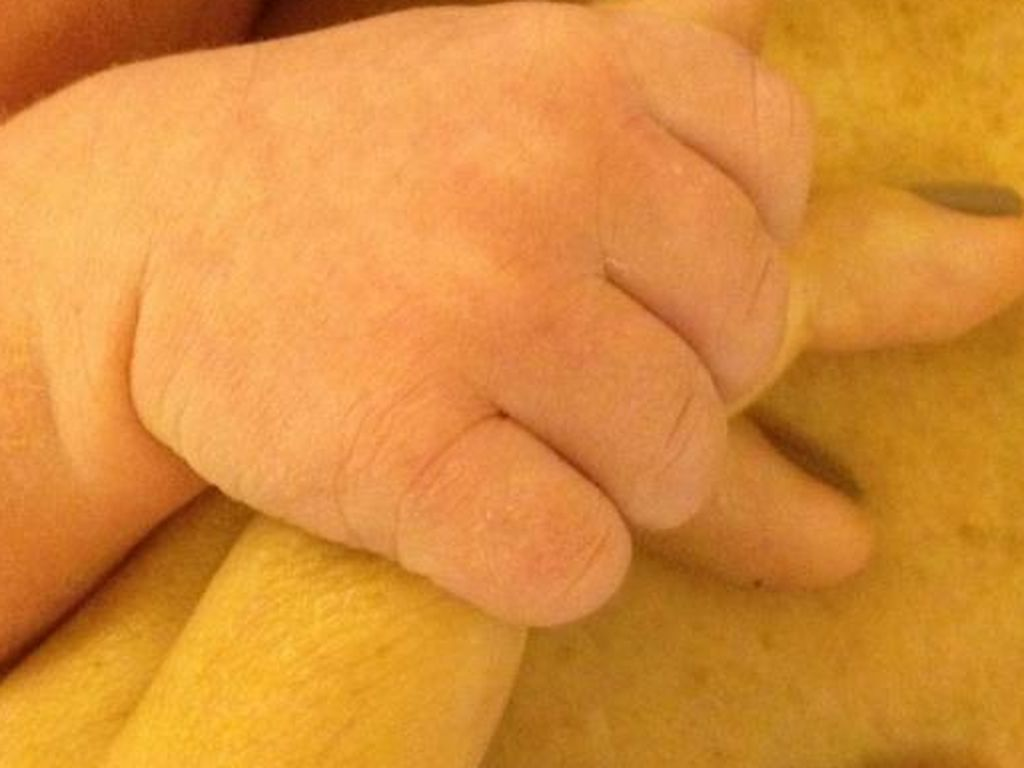 Die Hand von Tori Spellings Baby