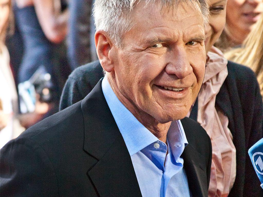 Harrison Ford schaut grinsend in die Kamera