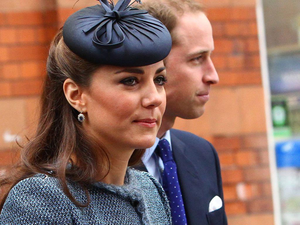 Herzogin Kate trägt einen blauen Hut