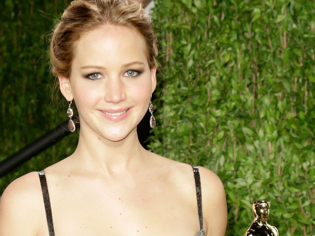 Jennifer Lawrence hält den Oscar in der Hand