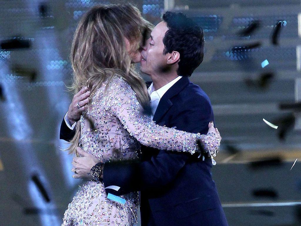 Jennifer Lopez und Marc Anthony küssen sich