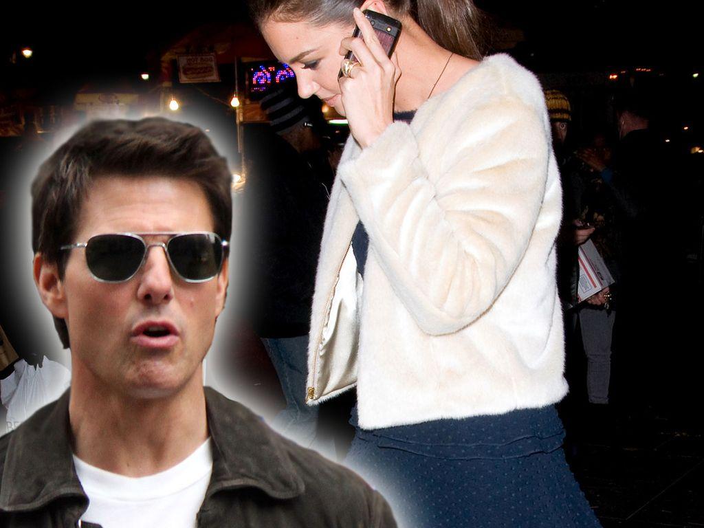 Katie Holmes am Telefon und Tom Cruise