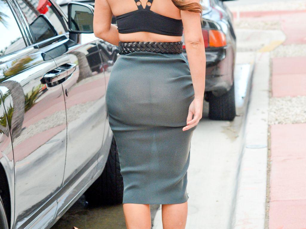 Kim Kardashian trägt einen durchsichtigen Rock