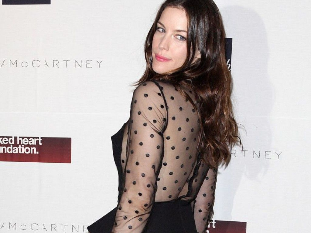 Liv Tyler in gepunktetem Stella McCartney-Kleid von hinten
