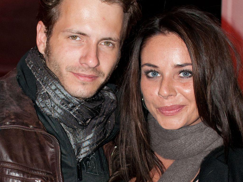 Maja Maneiro und Jacob Weigert stehen Arm in Arm