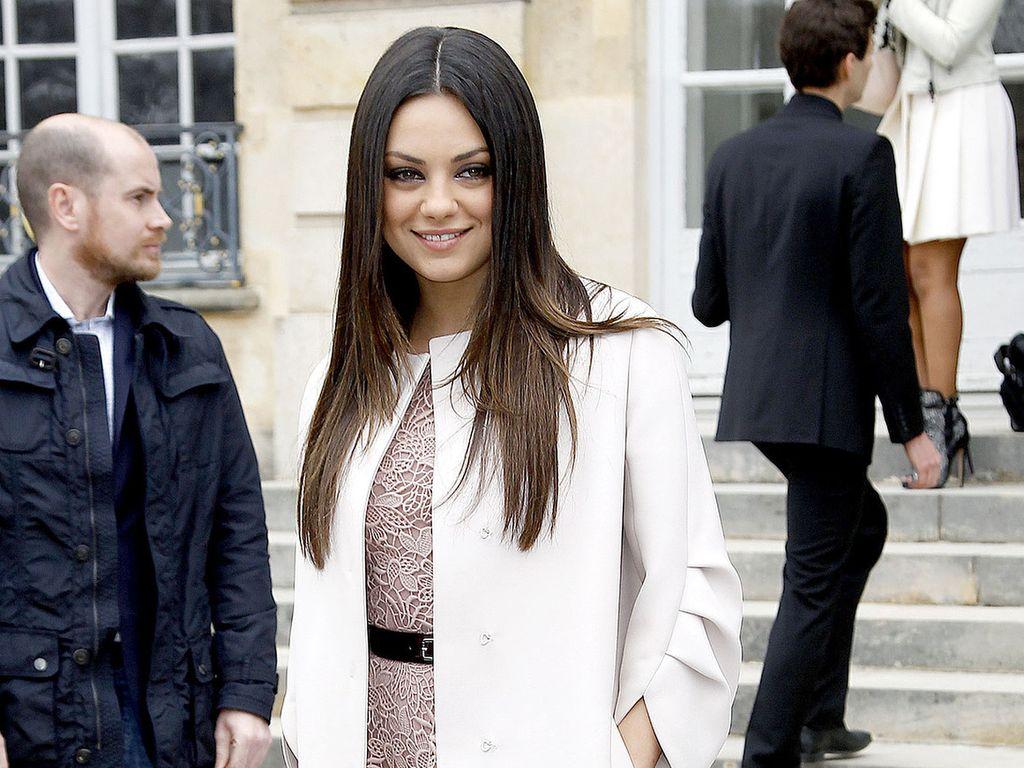 Mila Kunis im weißen Dior-Mantel