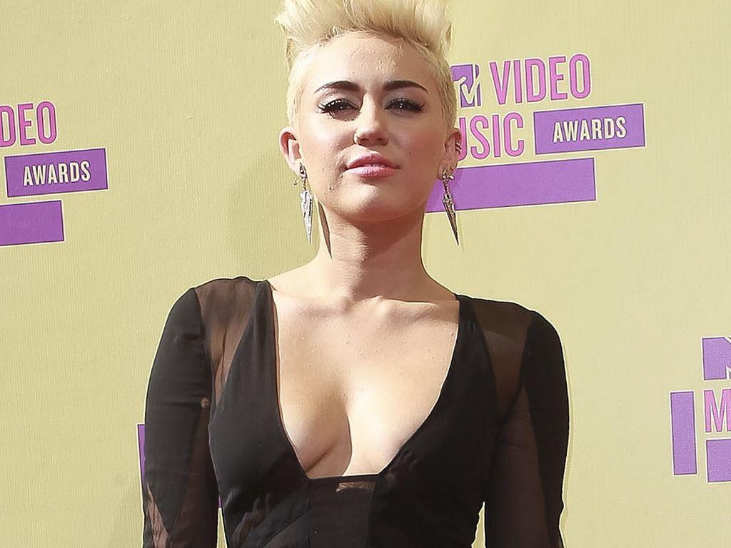 Miley Cyrus im langen schwarzen Kleid