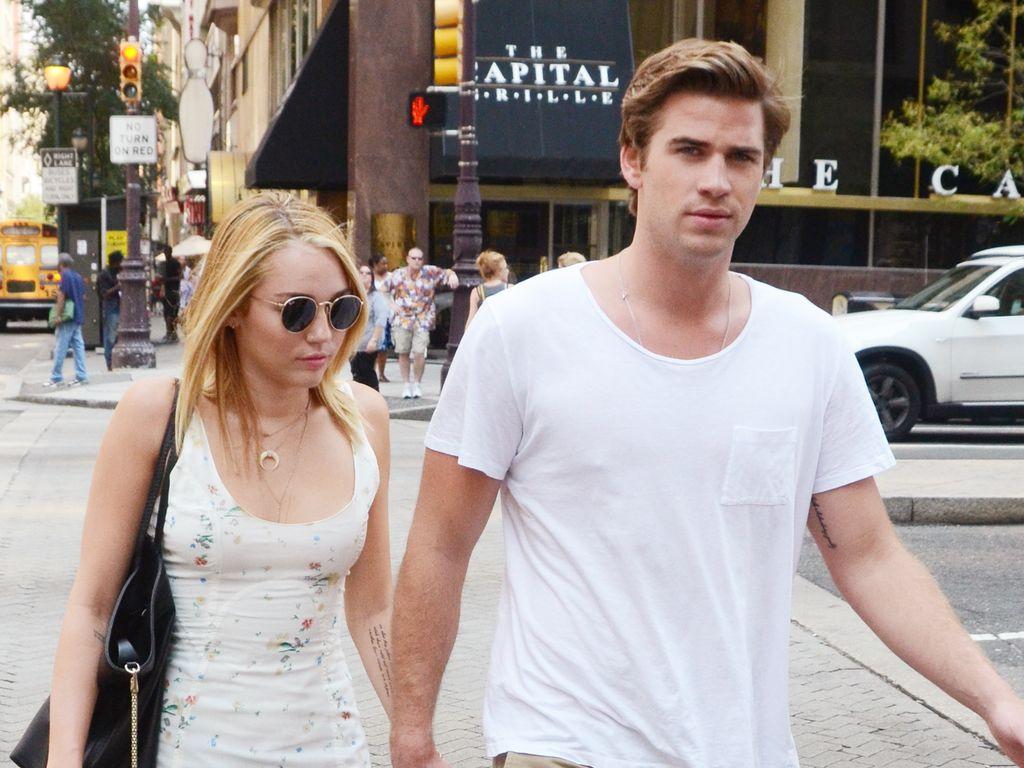 Miley im weißen Sommerkleid