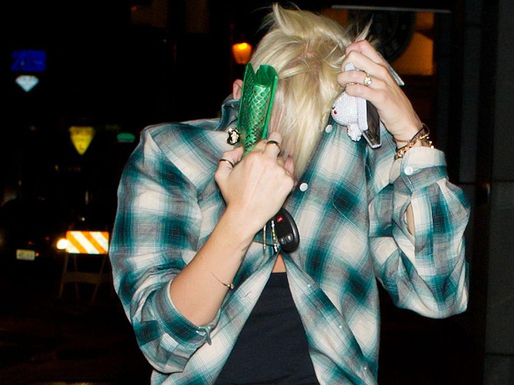 Miley versteckt sich unter ihrem Hemd