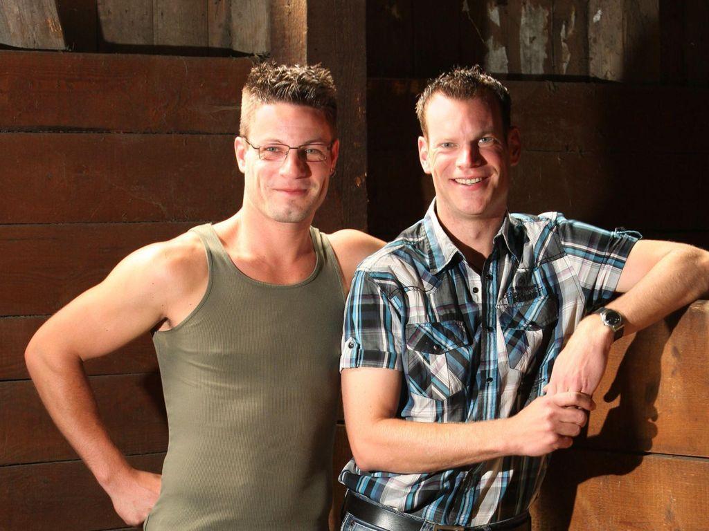 Philipp und Veit lächelnd im Stall