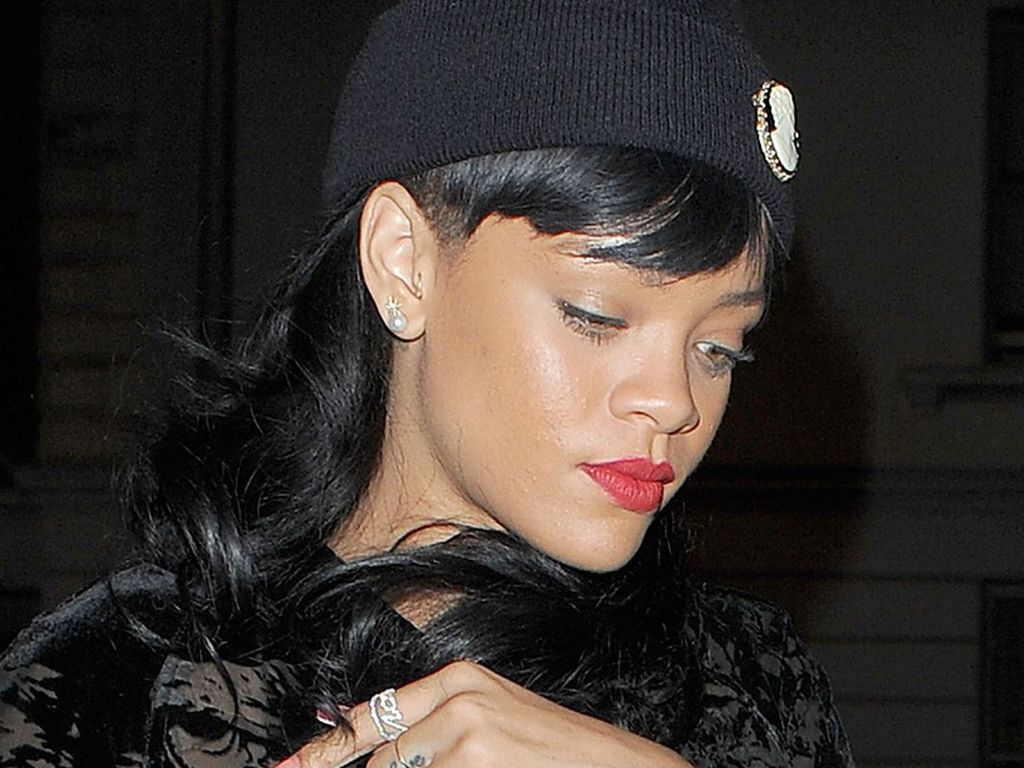 Rihanna hält ihre Jacke zu