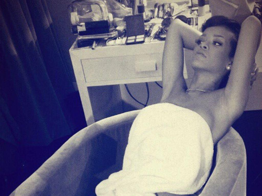 Rihanna im Handtuch umwickelt