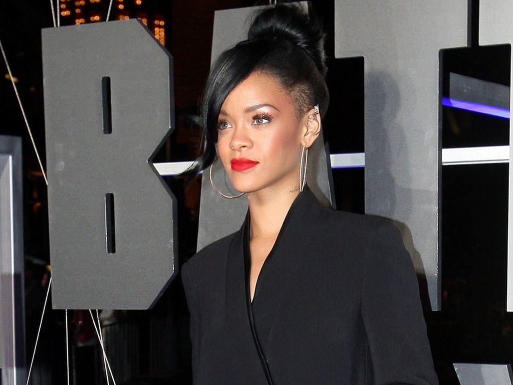 Rihanna mit schwarzen Haaren