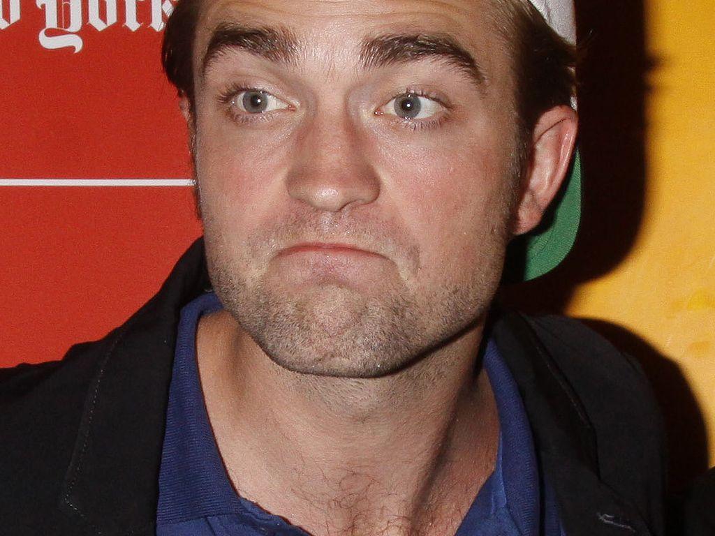 Robert Pattinson guckt ziemlich bescheuert