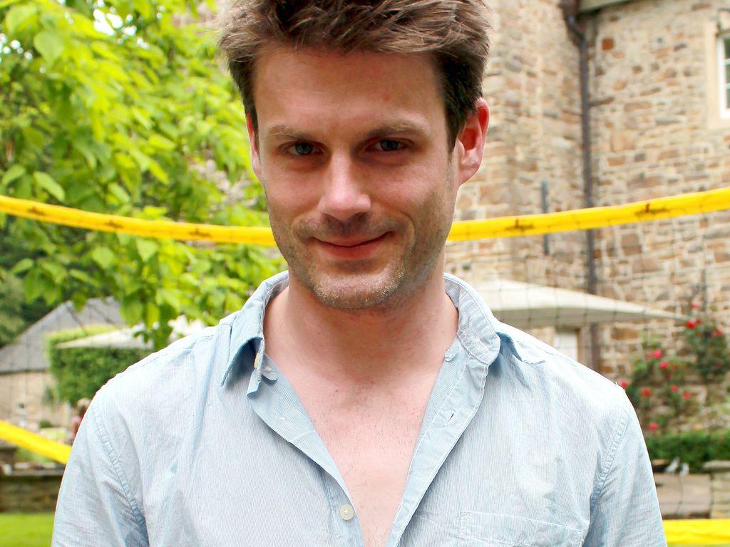 <b>Sebastian Schlemmer</b> posiert vor der Kamera - sebastian-schlemmer-posiert-vor-der-kamera