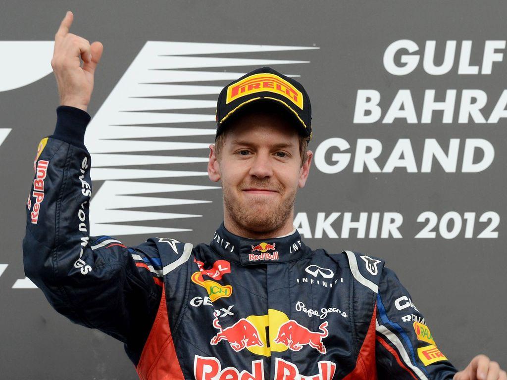 """Sebastian Vettel mit seiner typischen Siegerpose, dem """"Vettel-Finger"""""""