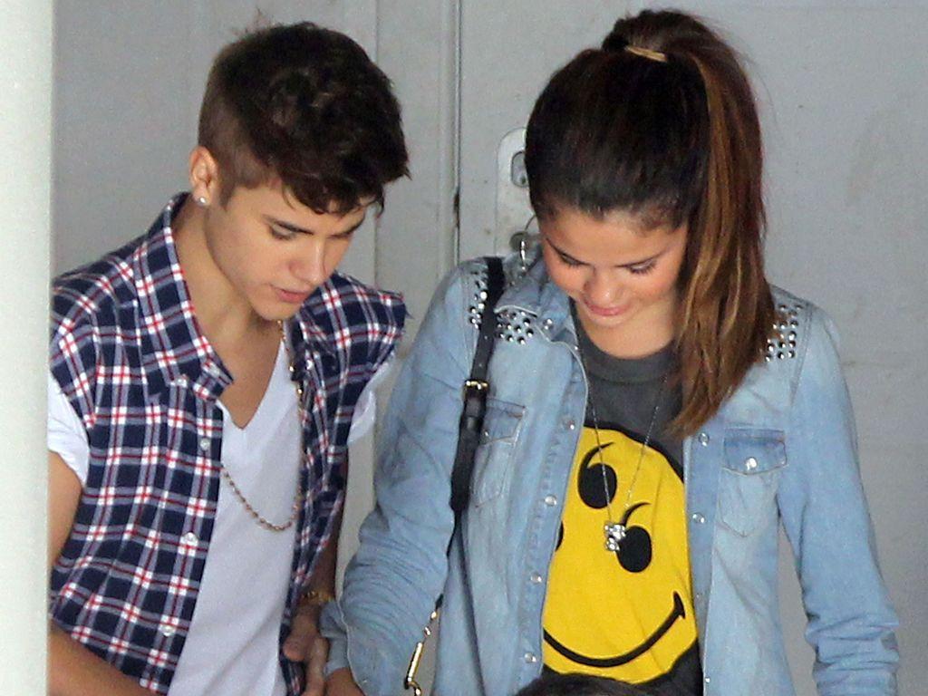 Selena trägt ein Smiley-Shirt