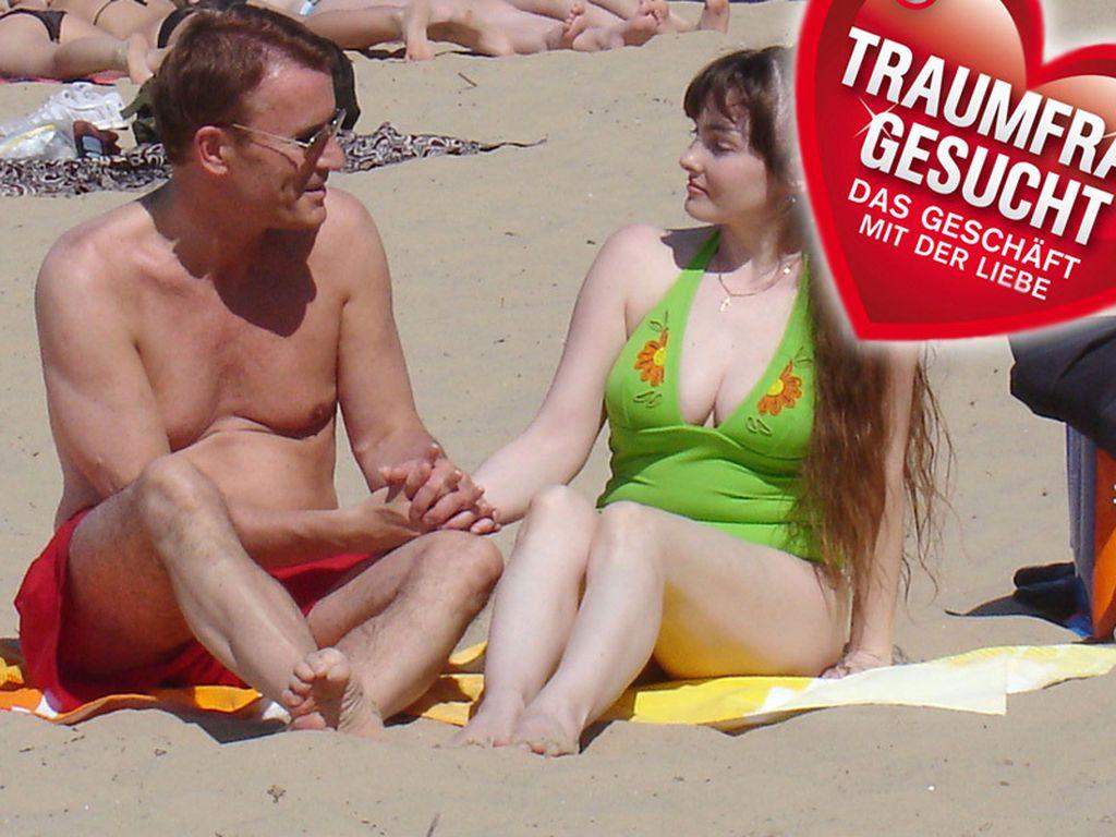 Walther und Juliya sitzen am Strand