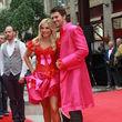 In Rot-Pink war das Paar ein echter Hingucker