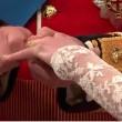 Kate bekommt den Ring angesteckt