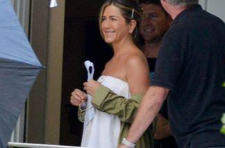 Jennifer Aniston zeigt sich nur im Handtuch eingewickelt am Set ihres neuen Filmes