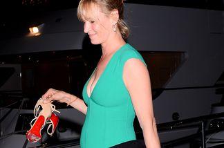 Uma Thurman scheint einen Baby-Bauch vor sich her zu tragen