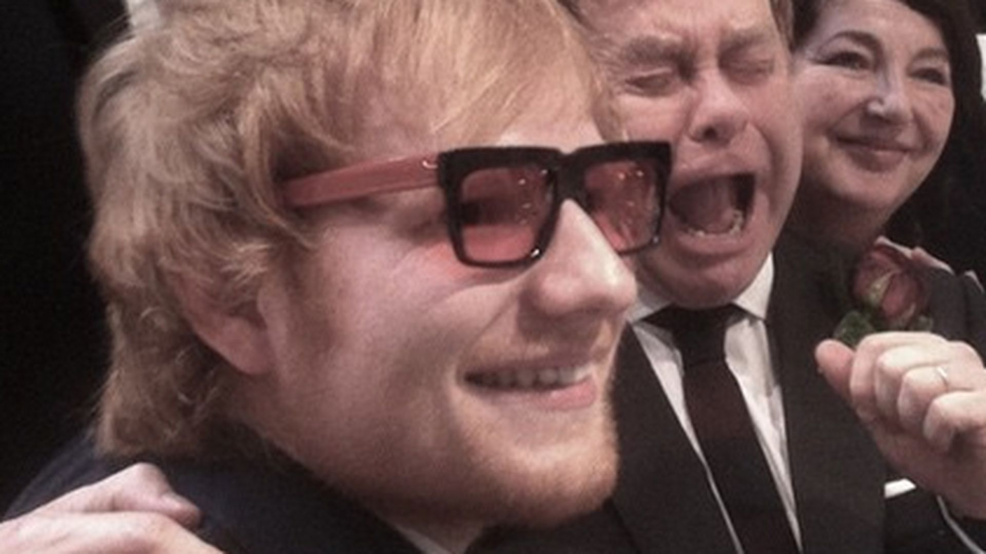 Ed Sheeran trägt Elton Johns Brille