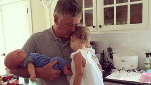 Alec Baldwin mit seinen zwei Kleinkindern
