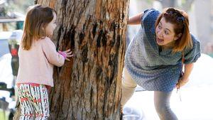 Alyson Hannigan spielt verstecken mit ihrer Tochter