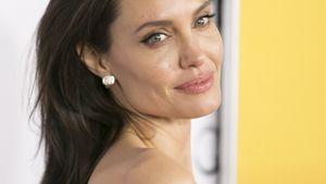 Angelina Jolie guckt über die Schulter