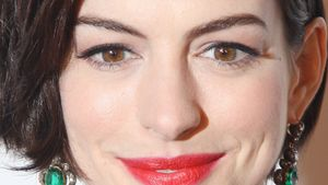 Anne Hathaway lächelt schön und trägt jetzt einen Bob