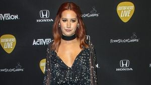 Ashley Tisdale im Stern-Kleid
