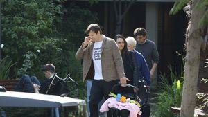 Ashton Kutcher trägt Baby Wyatt