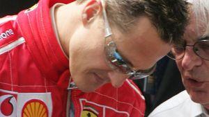 Bernie Ecclestone und Michael Schumacher reden miteinander