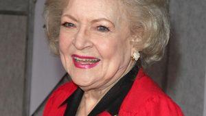Betty White ganz in rot