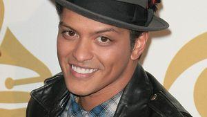 Bruno Mars mit blauem Karohemd und Hut