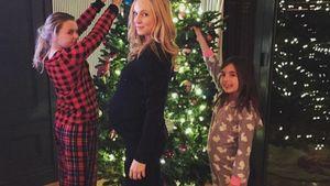Candice Accola mit Baby-Bauch vor einem geschmückten Weihnachtsbaum