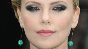 Charlize Therone schaut böse in die Kamera