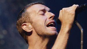 Chris Martin singt ins Mikro