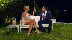 Der Bachelor Leonard hält Händchen mit Cindy