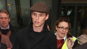 Eddie Redmayne mit Mütze am Flughafen