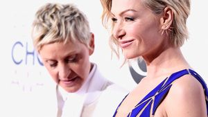 Ellen DeGeneres blickt an Portia de Rossi hinab
