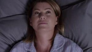 Ellen Pompeo liegt bei Grey's Anatomy im Bett