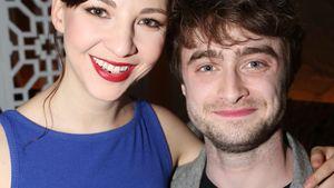 Erin Darke und Daniel Radcliffe posieren gemeinsam
