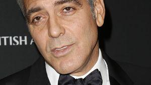 George Clooney hält den Kopf schräg